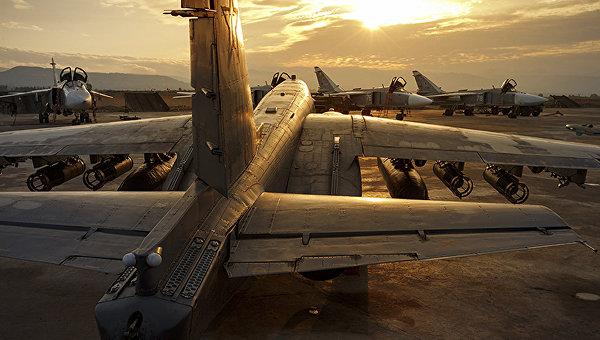 Российские самолеты Су-25 и Су-24 на базе Хмеймим в Сирии. Архивное фото