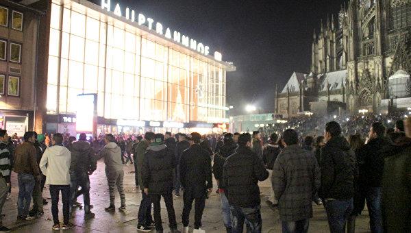 Люди у железнодорожной станции города Кёльна, Германия. 31 декабря 2015