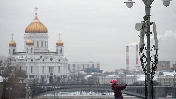 Турист фотографирует на Большом Москворецком мосту в Москве. Архивное фото