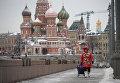 Женщина на Большом Москворецком мосту на Красной площади в Москве
