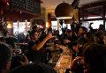 Французы пили шампанское во вновь открывшемся после теракта кафе в Париже