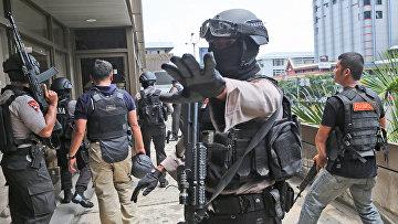Полиция Индонезии возле места взрыва в Джакарте