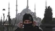 Сотрудник полиции на месте взрыва в Стамбуле. Архивное фото