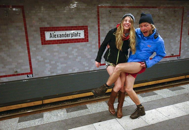 Молодые люди принимают участие в акции без штанов на метро в Берлине