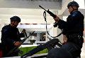 Сотрудники правоохранительных органов Индонезии проверяют оружие перед выходом на службу