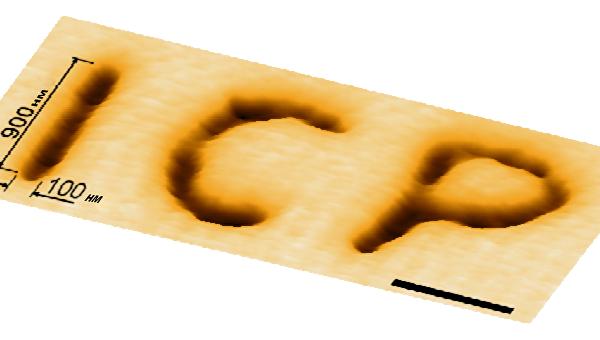 Аббревиатура ИХФ, нанесенная на стекло