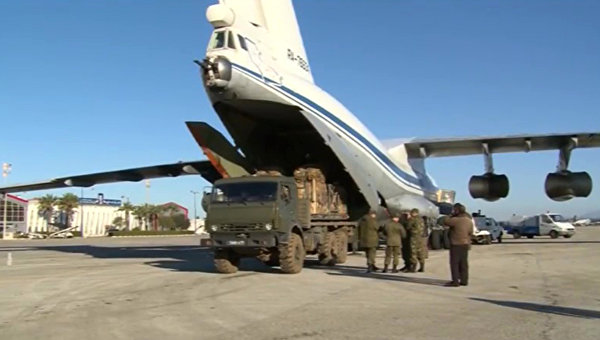 Погрузка в транспортный самолет гуманитарного груза для сброса в районе Дейр-Эз-Зор