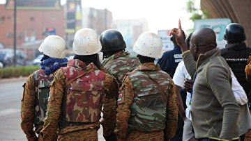 Cилы безопасности Буркина-Фасо у захваченного отеля в Уагудугу, 16 января 2016