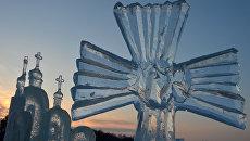 Ледяная скульптура на льду Раифского озера в окрестностях Раифского Богородитского монастыря