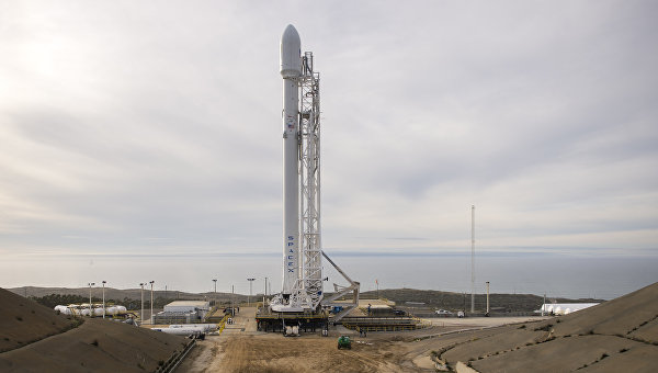 Ракета-носить Falcon 9 перед запуском