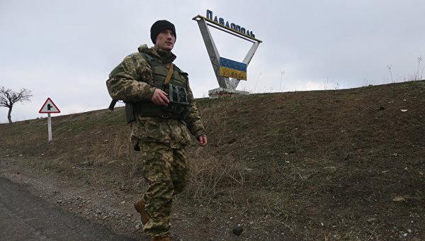 Украинский военный патрулирует окрестности села Павлополь в Донецкой области. 22 декабря 2015