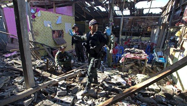 Военнослужащие осматривают место взрыва бомбы в ресторане на юге Таиланда