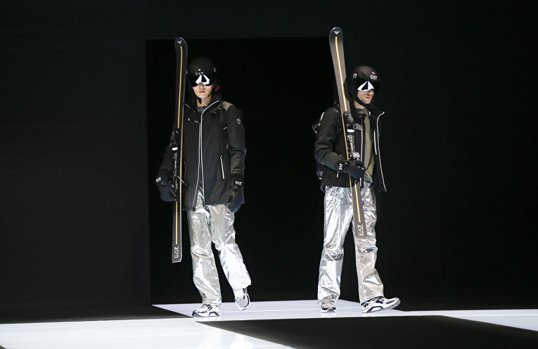 Модели представляют коллекцию Emporio Armani на неделе моды в Милане