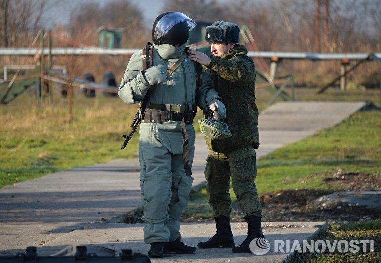 Сапер инженерных войск Южного военного округа готовится к занятиям по разминированию на учебном полигоне Ханкала, расположенного в 7 километрах от Грозного