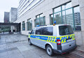 Полицейская машина у офиса миграционной службы в Галле, Германия