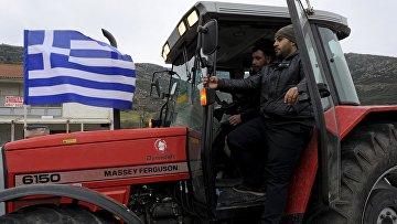 Греческие фермеры во время протестов недалеко от города Лариса. 20 января 2015