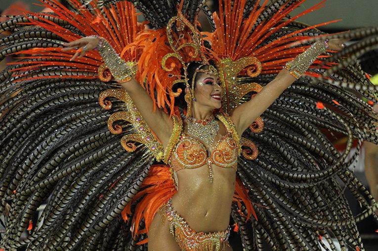 Танцовщица во время карнавала в Энкарнасьоне, Парагвай