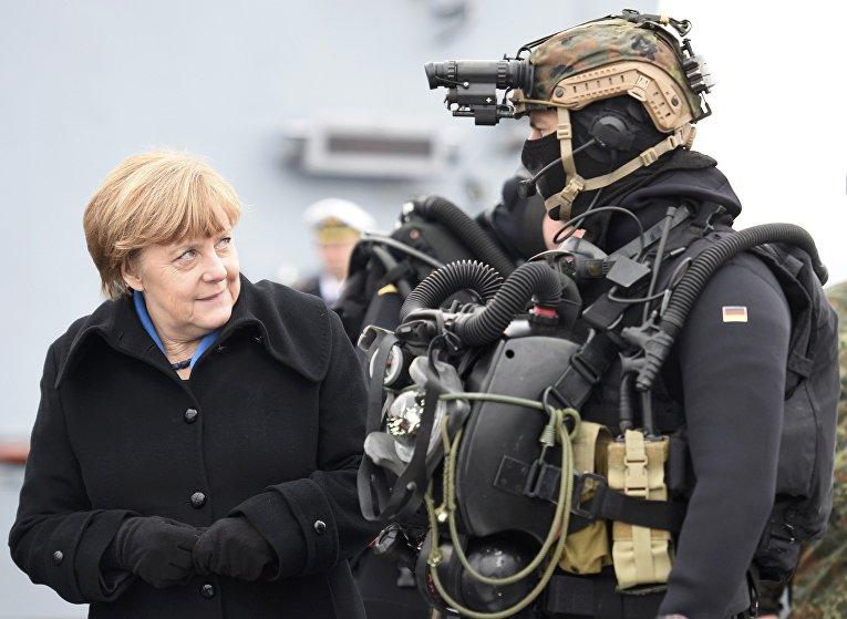 Канцлер Германии Ангела Меркель во время визита в военно-морскую базу командования в Киль, Германия