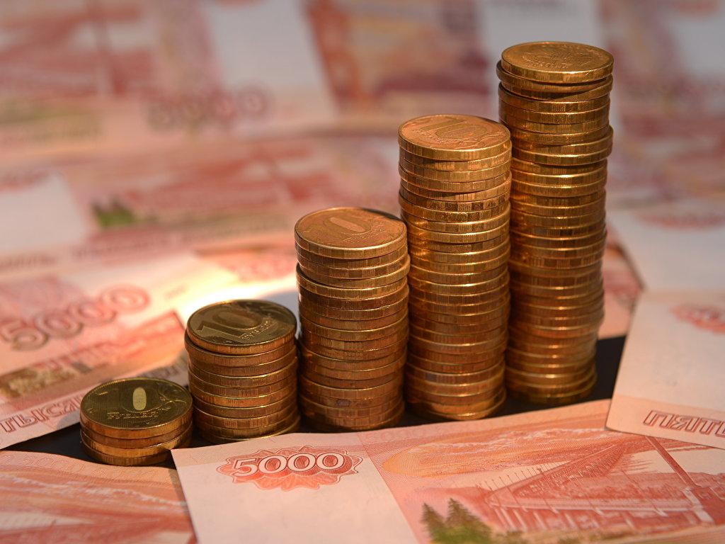 Денежные купюры и монеты России. Архивное фото