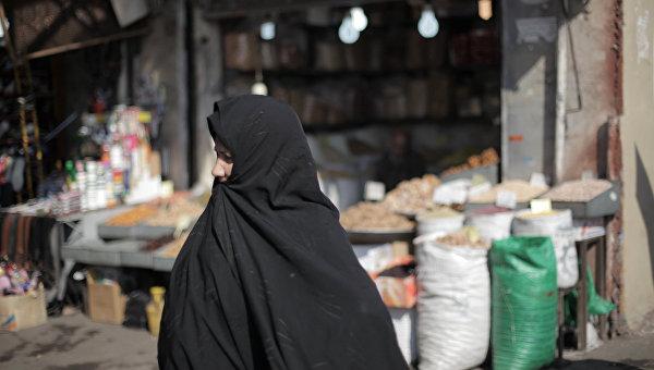 Женщина на рынке в Тегеране. Архивное фото