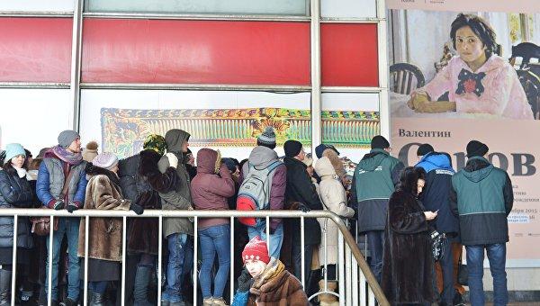 Очередь на выставку Валентин Серов. К 150-летию со дня рождения в Государственной Третьяковской галерее на Крымском Валу в Москве