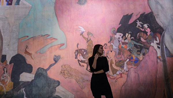 Посетительница у произведения Занавес к балету Шехерезада, 1911 на открытии выставки Валентин Серов