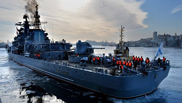 Эсминец Быстрый во время швартовки в порту Владивостока
