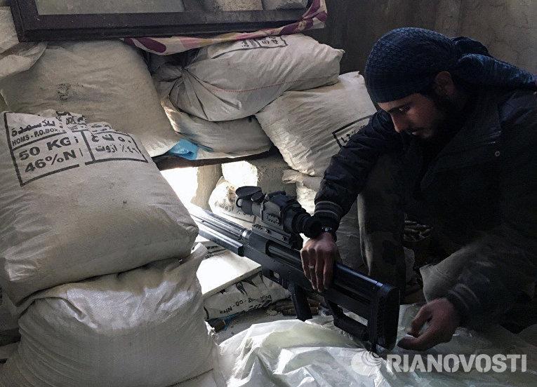 Боец Сирийской арабской армии на огневой позиции в ходе боевых действий против отрядов террористов в пригороде Дамаска Дарайе