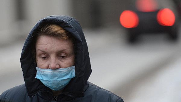 Женщина в медицинской маске во время эпидемии гриппа