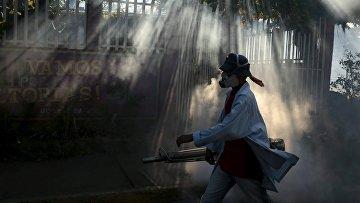 Медработник распыляет инсектициды для борьбы с комарам переносящими вирус Зика в Манагуа