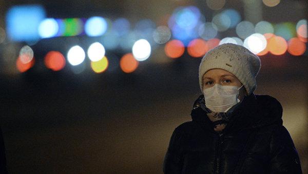 Жительница Москвы в защитной маске. Архивное фото