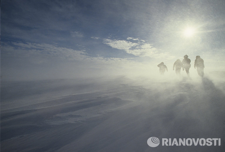 Ураганный ветер на побережье Антарктиды. 34-я Советская Антарктическая экспедиция. Осень 1988 - весна 1989 годов