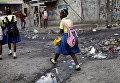 Школьницы на улице Порт-о-Пренса, Гаити