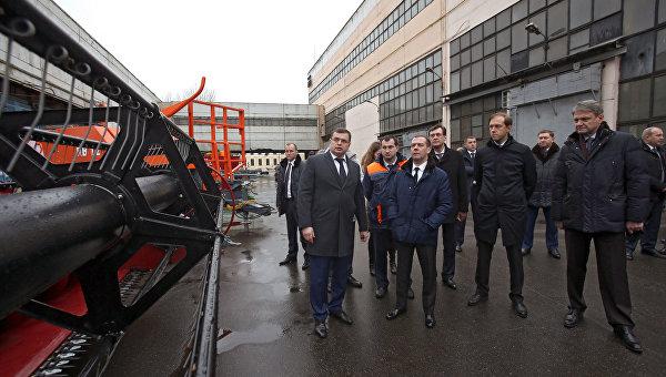 Председатель правительства России Дмитрий Медведев осматривает сельскохозяйственную технику во время посещения ЗАО Петербургский тракторный завод в Санкт-Петербурге