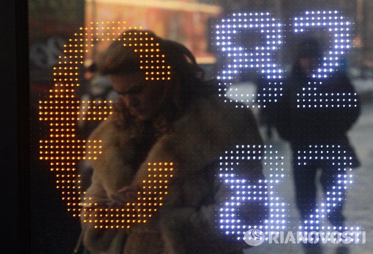 Табло курса обмена евро на улице в Москве