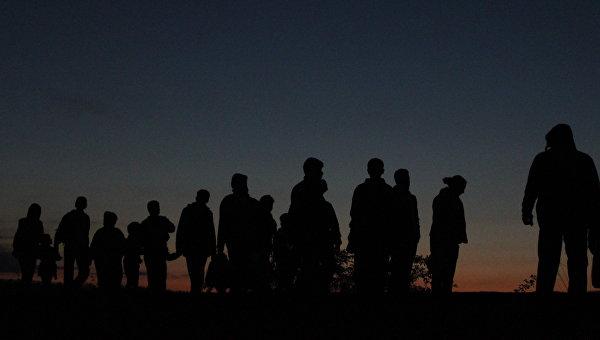 Беженцы переходят границу. Архивное фото