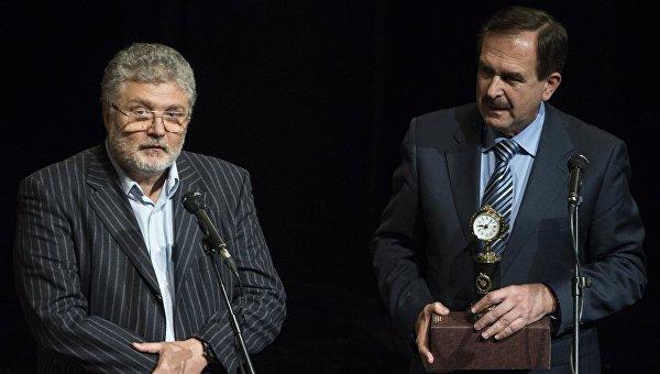 Обозреватель радио МИА Россия сегодня Борис Левин (справа) на торжественной церемонии вручения высшей профессиональной награды Золотое перо России