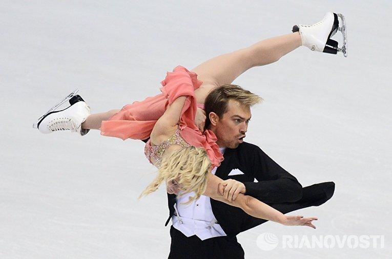 Пенни Кумс и Николас Бакленд (Великобритания) выступают в короткой программе танцев на льду на чемпионате Европы по фигурному катанию в Братиславе