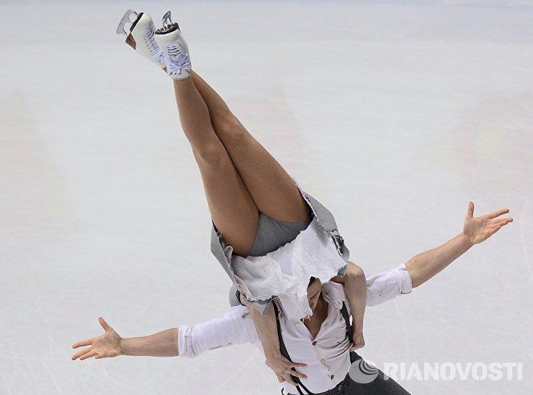 Шарлен Гиньяр и Марко Фаббри (Италия) выступают в произвольной программе танцев на льду на чемпионате Европы по фигурному катанию в Братиславе