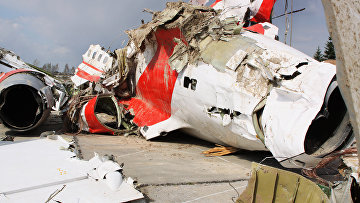 Обломки польского правительственного самолета Ту-154 на охраняемой площадке аэродрома в Смоленске. Архивное фото