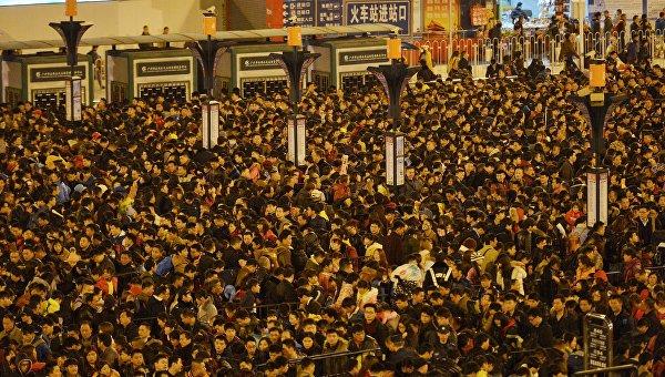 Пассажиры возле железнодорожного вокзала в Гуанчжоу (провинция Гуандун), Китай. 2 февраля 2016