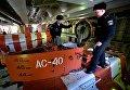 Члены экипажа глубоководного аппарата АС-40 Бестер-1 перед спуском в отсек управления