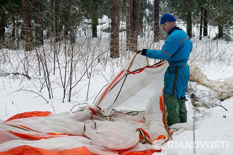 Астронавт НАСА Рэндолф Брезник во время тренировки по выживанию в зимнем лесу