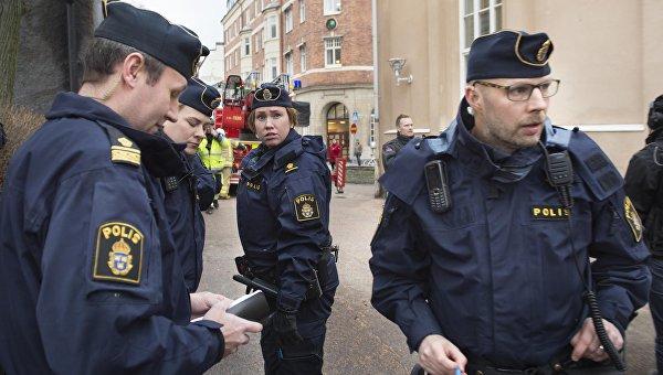 Сотрудники шведской полиции возле школы в Карлстадте, где прогремел взрыв. 2 февраля 2016
