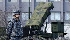 Военный Японии возле зенитно-ракетного комплекса Patrio