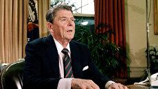 Президент США Рональд Рейган в Овальном кабинете Белого дома.  28 января 1986 года