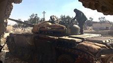 Солдат сирийской армии, начавшей штурм населенного пункта Осман в провинции Дераа