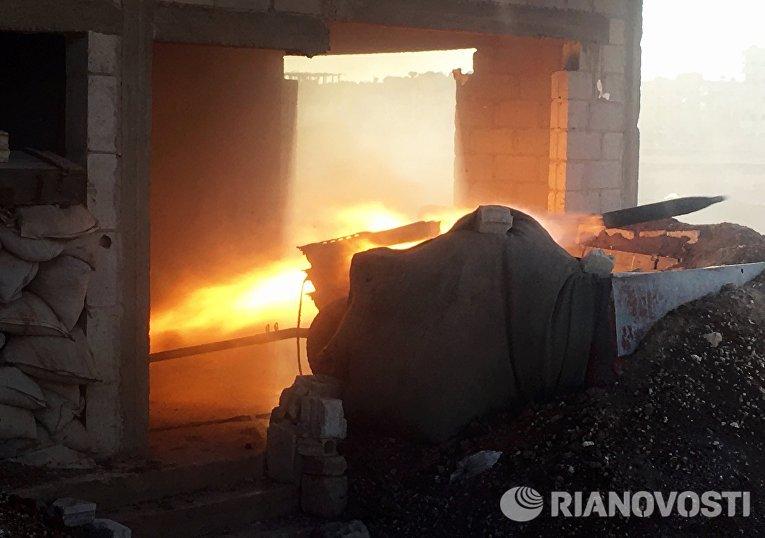 Выстрел артиллерийского орудия во время штурма населенного пункта Осман в провинции Дераа