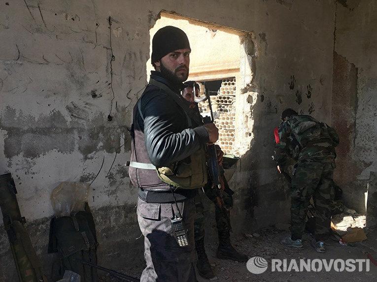 Солдаты сирийской армии, начавшей штурм населенного пункта Осман в провинции Дераа