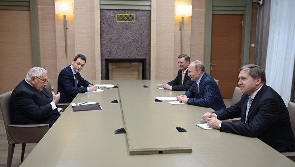 Президент России Владимир Путин и экс-госсекретарь США Генри Киссинджер во время встречи в резиденции Ново-Огарево